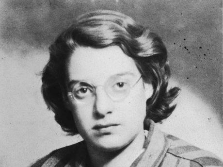 """Agi Laszlo, en liten judinna med skinn på näsan som bestämde sig för att inte gasas ihjäl. Bilden är tagen kort efter att Agi """"befriades""""."""