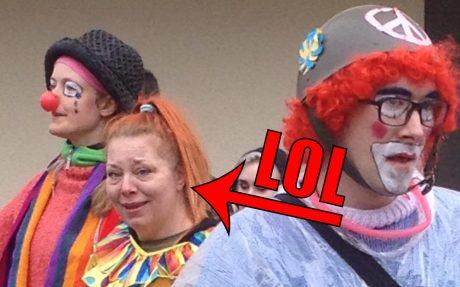 Clown-brigaden -- som kapitalist-massmedia hyllade -- under ledning av vänsterpartisten Elias Loden (syns längst till höger).