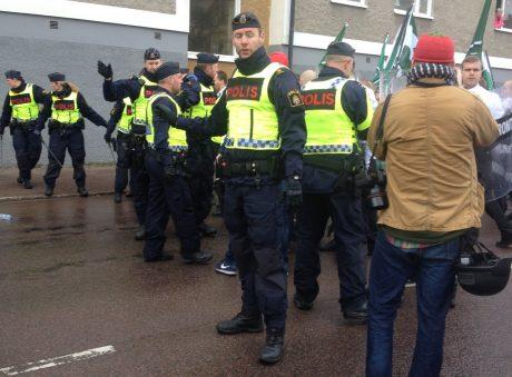Den fascistiska polisen skyddar de antifascistiska mötesstörarna från upprörda demonstranter som antingen vill att polisen gör sitt jobb eller låter demonstranterna göra det åt polisen.
