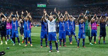 Islänningarna firar den historiska segern.