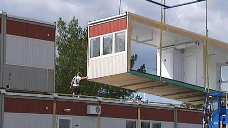 Byggbodar, rullande modulhus och tält är några av bostadslösningarna när människor väller in över gränsen. Snart behövs inte ens bygglov om det nya förslaget går igenom.
