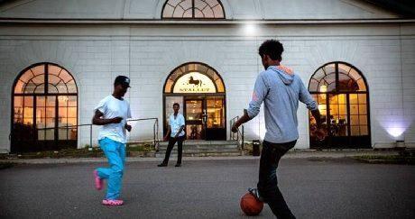 Eritreanska ungdomar spelar fotboll med en basketboll utanför Stallet i Åtvidaberg.