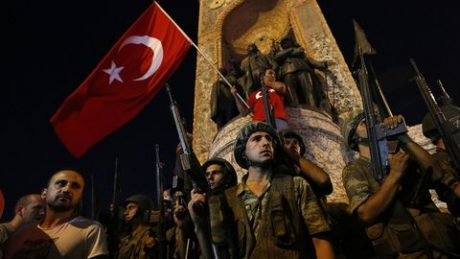 Bilder på turkar som försvarade Erdogan under den misslyckade statskuppen.