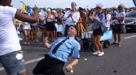 """Här en """"polis"""" som verkar trivas väldigt bra som så kallad """"gay-polis""""."""