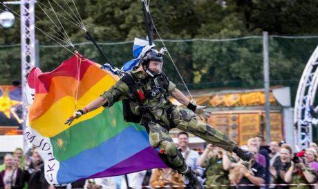 I årets pride regnade det bögar. Här en fallskärmshoppande regnsbågssoldat från den svenska försvarsmakten.