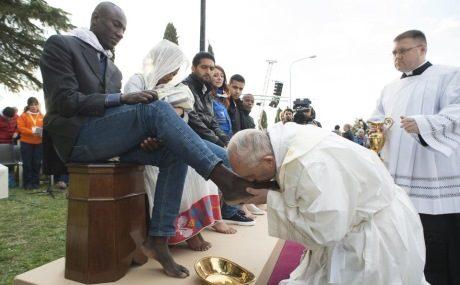 Påven böjer sig för globalisternas agenda och kysser sina nya herrars fötter.
