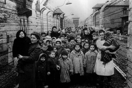 Välgödda och äppelkindade överlevare i Auschwitz, dödslägret där barn, sjuka och gamla skickades direkt till gaskamrarna.