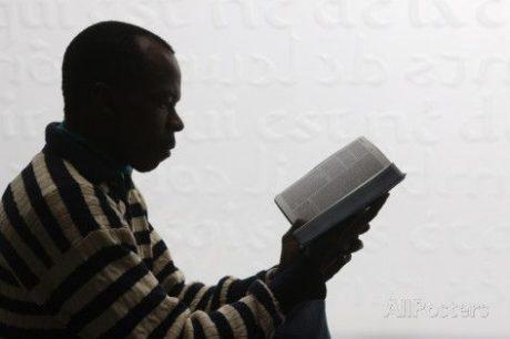 Den afrikanske våldtäktsmannen kunde snabbt identifieras då han alltid gick runt med en bibel framme.