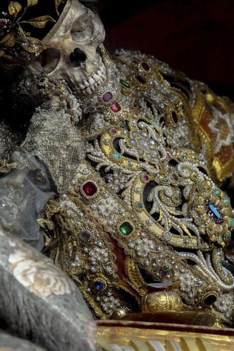 squelettes-plus-vrais-que-nature-sublimes-par-des-parures-de-bijoux17