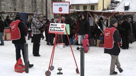 Frälsningsarmén samlar in pengar som bland annat används till läger för barn.