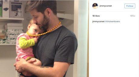 En man hållandes en bebis med hashtagen #chickenlover. Älskar mannen unga pojkar? Eller gör kanske uppladdaren av bilden, James Alefantis, det?