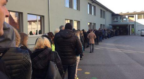 Många österrikare köade länge för att få rösta på sin presidentkandidat under söndagen.