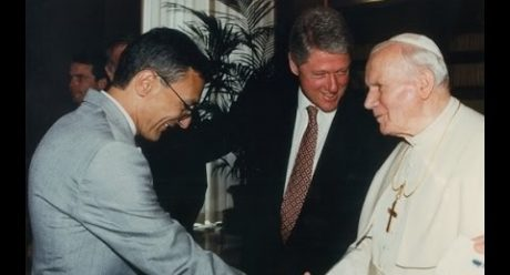 hn Podesta tillsammans med Bill Clinton och förre påven Johannes Paulus II.