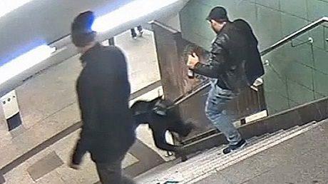 Bild från övervakningskamera som visar attacken.