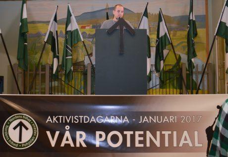 """Nordiska motståndsrörelsens ledare Simon Lindberg introducerade helgens tema """"Vår potential""""."""