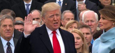 Med sin hustru vid sin sida svor Donald Trump presidenteden.