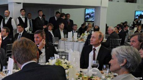 Flynn till vänster om Putin.