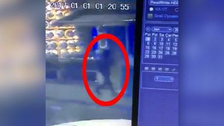 Bild från övervakningskamera som sägs visa gärningsmannen utanför nattklubben.
