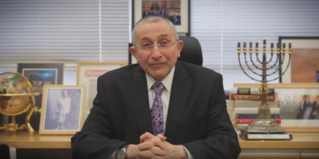 Rabbinen Marvin Hier läste judiska böner efter Trumps första tal som president.