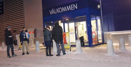 Motståndsrörelsens aktivister samlar in namn för att få till en folkomröstning angående nedläggning av byskolor i Ludvika.