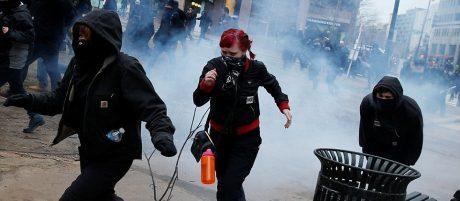 Maskerade vänsterextremister försöker undfly polisens chockgranater.