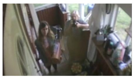 Skärmdump från en artikel skriven av som visar Lisa Röstlund utanför hans skyddade adress.