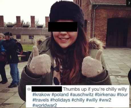 Flicka gör tummen upp utanför Auschwitz.