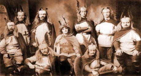 Hirdmän från Up Helly Aa 1906. Utstyrseln är tydligt inspirerad av Wagners operatetralogi Nibelungens ring.