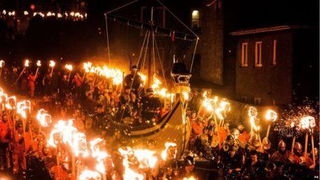 Den utvalde jarlen på sitt långskepp, omgiven av sina hirdmän under Up Helly Aa-festivalen på Shetlandsöarna.