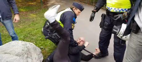 Poliser attackerade i stockholm