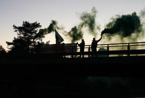 Banderollaktion med rökgranater – Trollhättan